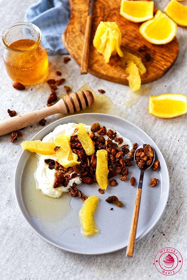 domowa granola z orzechami i migdałami