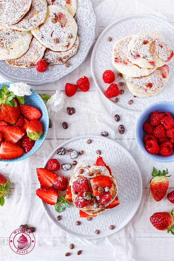 placki z truskawkami i czekoladą