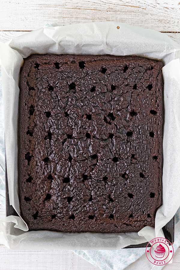 dziurawione ciasto czekoladowe