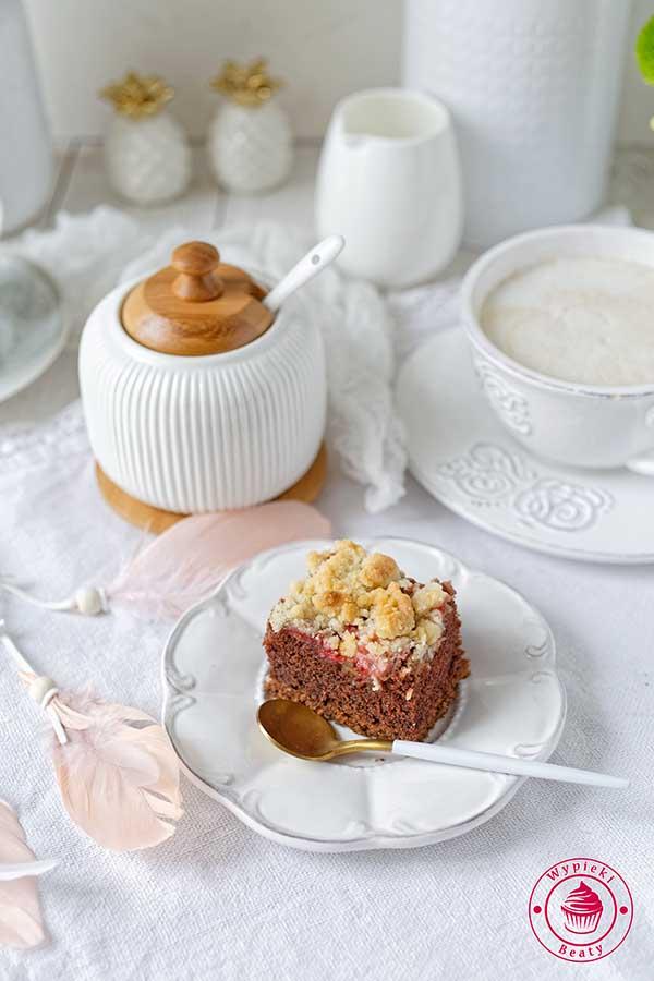 czekoladowe ciasto z truskawkami i kruszonką