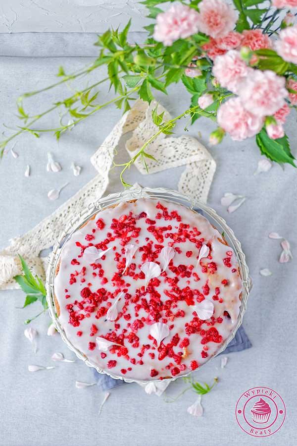 puszyste ciasto z malinami