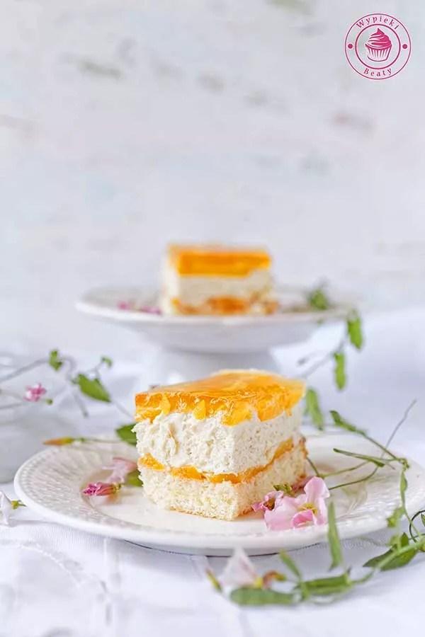 ciasto z chałwą i brzoskwiniami