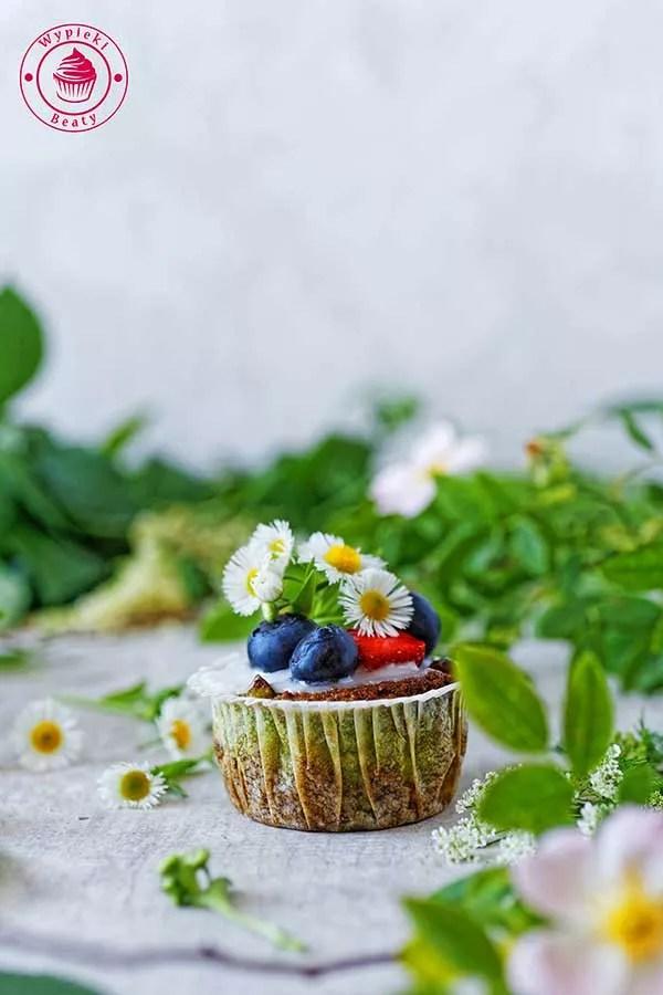babeczki ze szpinakiem i owocami
