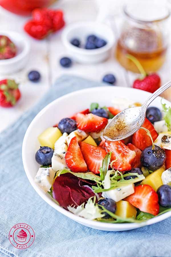sałatka z serem pleśniowym i owocami
