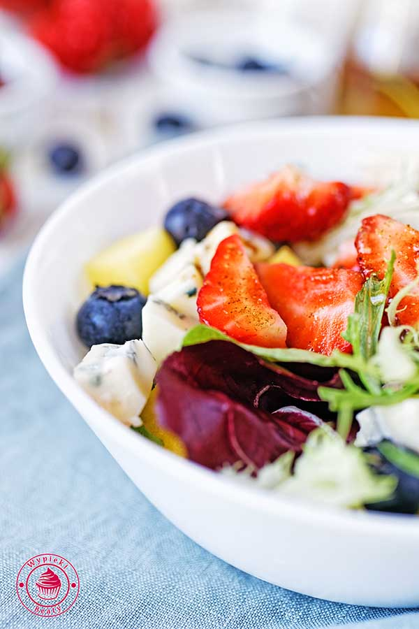 sałatka z owocami i serem