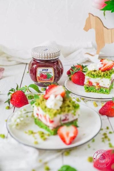 jogurtowiec z truskawkami i szpinakowym ciastem