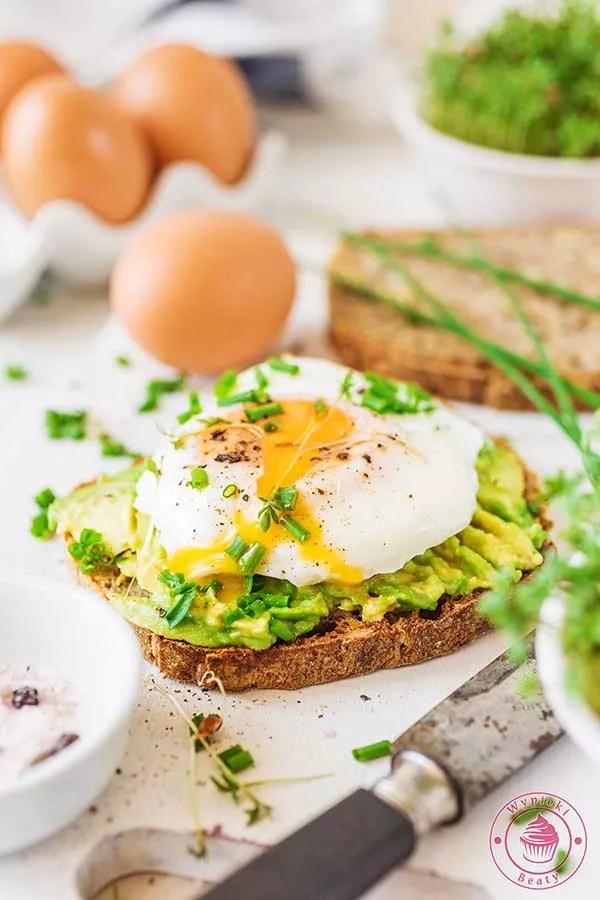 tost z jajkiem i awokado