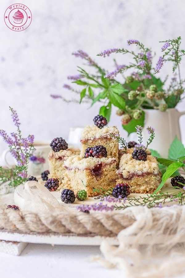 ciasto cukiniowe z jeżynami
