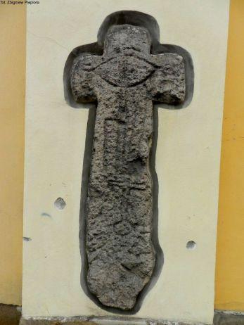 Krzyż pokutny wmurowany w ścianę północną prawosławnego Kościoła Świętych Apostołów Piotra i Pawła w Jeleniej Górze