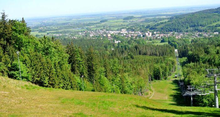 WIdok ze szczytu na którym znajduje się hrad Edelstejn. Ok 1 kmd od zamku znajduje się obecnie stacja górna wyciągu narciarskiego.