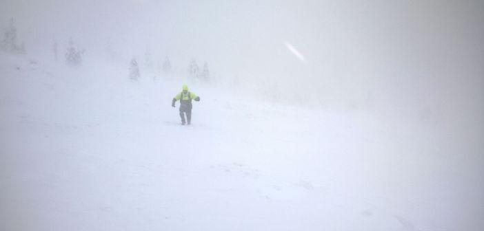 """Chcesz iść w góry """"bez ubrań""""? Kilka zasad, które mogą uratować Ci życie!"""