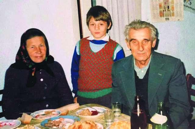 Маленький Андрій і його прийомні батьки які взяли його з дитячого будинку у зрілому віці, – Ольга Йосипівна та Роман Іванович Савчуки. Фото з відкритих джерел