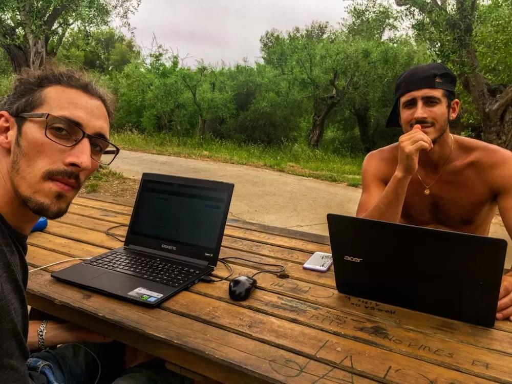 2 jeunes de la génération des milleniales qui travaillent a distance en exterieur