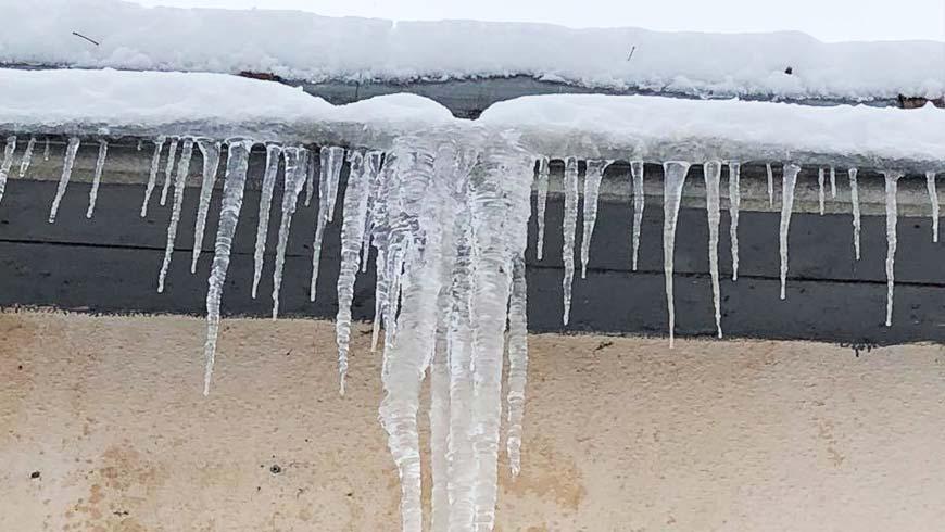 На перехожого обвалився сніг з даху будинку