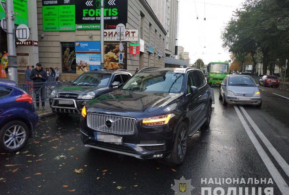 У центрі Харкова автомобіль збив дівчину-пішохода