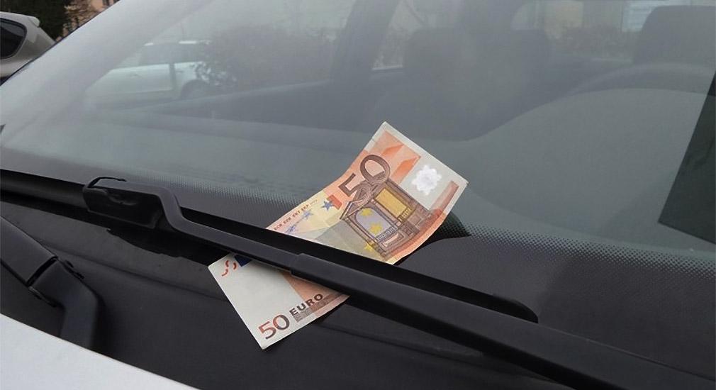 Побачили гроші під двірником своєї машини, їдьте негайно