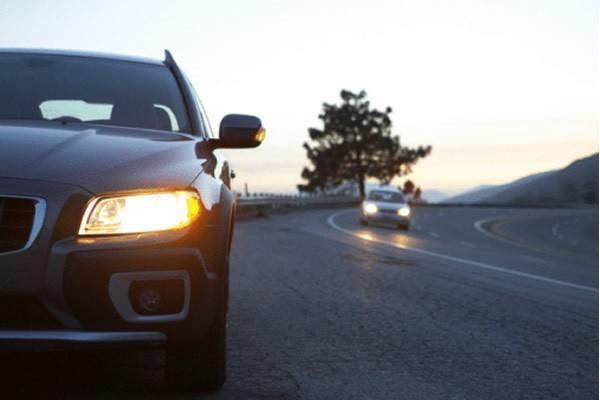 Водії транспортних засобів тепер мають їздити з ближнім світлом фар