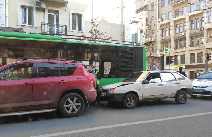 У Харкові тролейбус врізався у зупинку