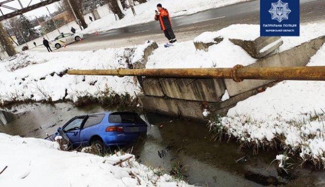 У Харкові водій Honda вскочив в кювет з водою