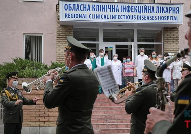 Біля Харківської обласної інфекційної лікарні відбувся концерт на підтримку лікарів