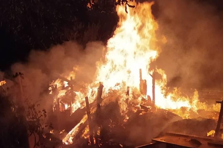 Рятувальники загасили масштабну пожежу на приватному подвір'ї