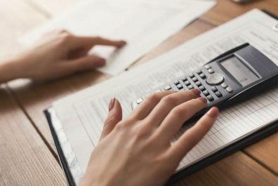 closeup-of-woman-hands-counting-on-calculator-P5FSXNJ-min