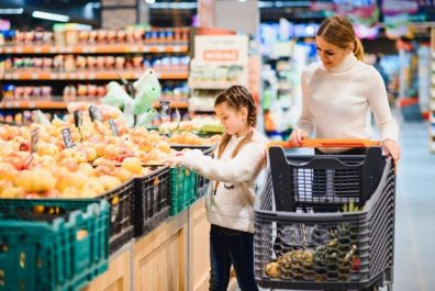 mother-with-daughter-grocery-store_255667-4520