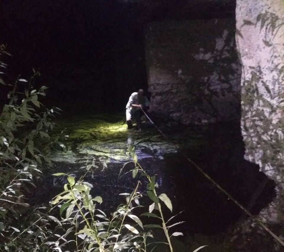 П'яного чоловіка, який застряг під мостом, витягали рятувальники
