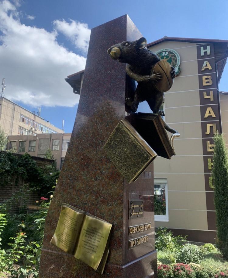 Лабораторному щуру у Харківському виші звели пам'ятник
