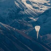 ニュージーランドの山々を流れる飛行船。