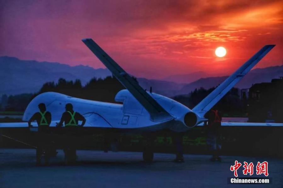 1月11日,由中國航天科工集團第三研究院海鷹航空通用裝備有限公司牽頭研制的WJ-700高空高速長航時察打一體無人機圓滿完成首飛試驗。WJ-700無人機的航時、航程和載重等關鍵性能指標,達到同等噸位量級無人機的國內領先、國際先進水平,具備防區外對地攻擊、反艦、反輻射等空對面精確打擊作戰和廣域偵察監視作戰能力。圖為WJ-700無人機(資料圖片)。 中新社發 中國航天科工集團 供圖