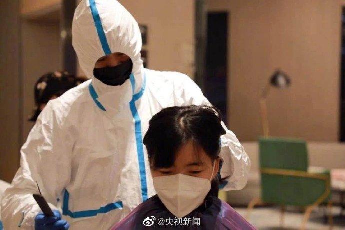 西安医疗队女队员集体理平头和光头(组图)