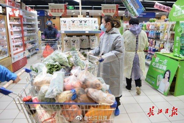 武汉住宅小区开始实行封闭管理 市民全副武装买菜(图)