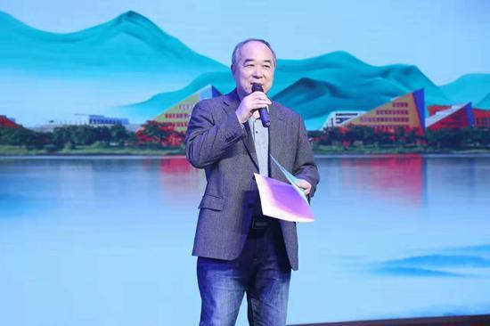 """十月雜志主編陳東捷宣讀2020年度""""松山湖·《十月》年度中篇小說榜""""上榜篇目"""