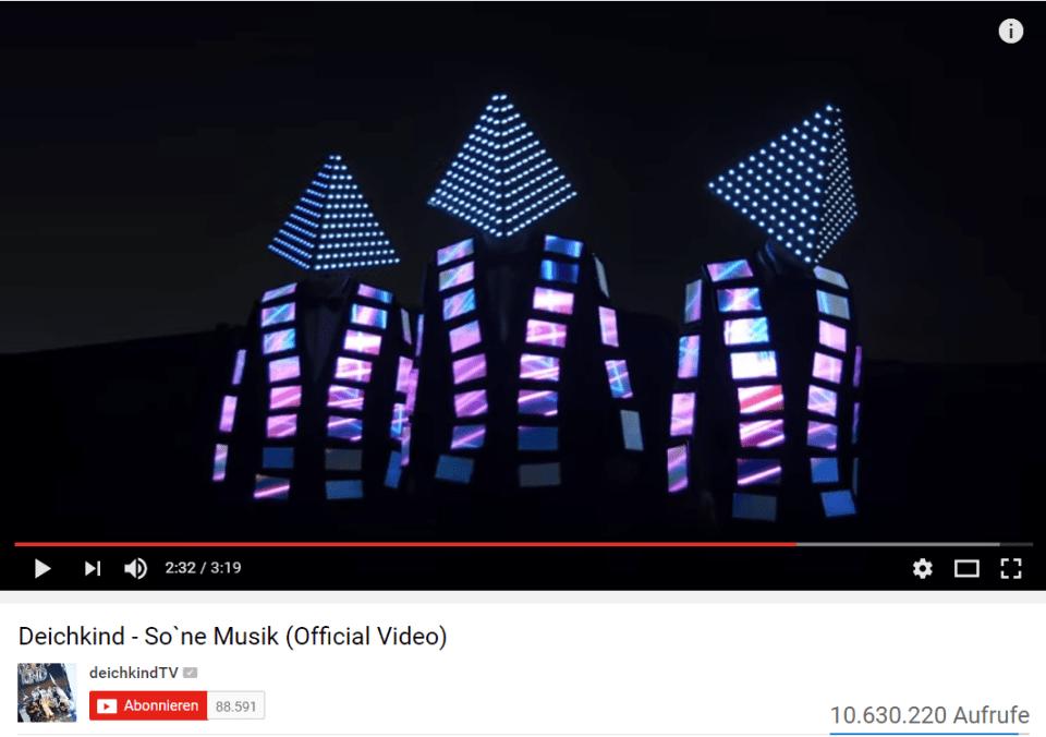 "Screenshot aus dem offiziellen Deichkind Youtube-Video zu ""So 'ne Musik"""
