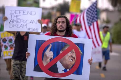 Trump signe une résolution condamnant les suprémacistes blancs