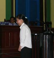 Bị cáo Linh khóc ngất quay xuống gia đình nạn nhân xin tha thứ cho hành động rồ dại của mình