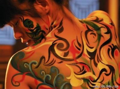 Hồng Ánh khỏa thân làm người mẫu body painting
