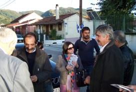 2010/10/29: Οι υποψήφιοι Μ. Τριανταφύλλου και Θ. Κουτσιούμπας κατά την περιοδεία στο Χαλκιόπουλο με τον Β. Χατζηλάμπρου.