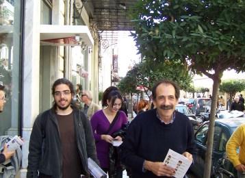 2010/11/02: Ο Β. Χατζηλάμπρου και νεολαίοι της παράταξης κατά την περιοδεία στο εμπορικό κέντρο της Πάτρας.