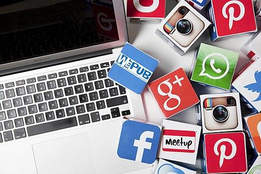 Fotografia d'un ordinador portàtil amb enganxines de xarxes socials.