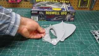 Lindberg 1/48 Roswell UFO with Alien Figure Model Kit # 91005 Open Box Review