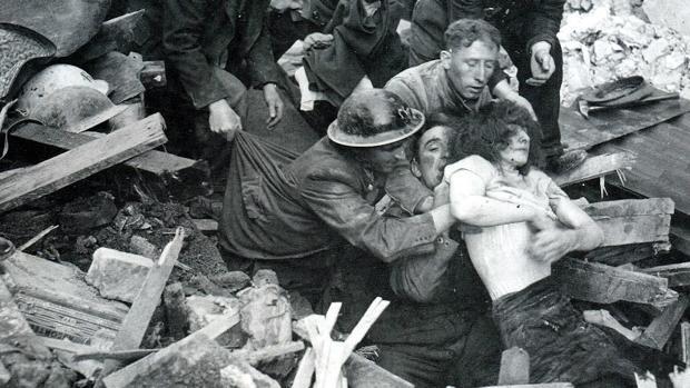 Rescate de una civil de entre las ruinas de un edificio tras un bombardeo de la aviación nazi en la Segunda Guerra Mundial