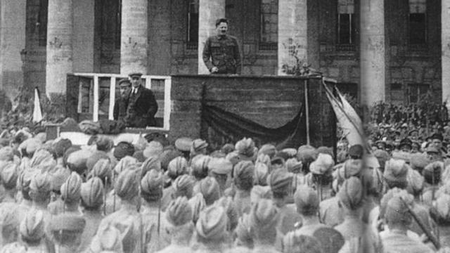 Trotski arengando a las tropas frente al Teatro Bolshói de Moscú, junto a Lenin y Lev Kámenev, en mayo de 1920 ((Archivo))