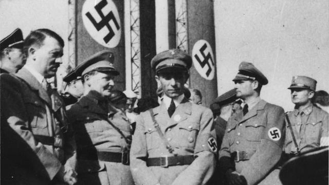 Hitler, Göring, Goebbels y Rudolf Hess durante un desfile militar. (Dominio público)