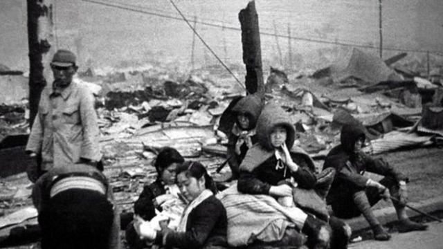 Miles de sobrevivientes fueron desplazados a otras ciudades tras los bombardeos.