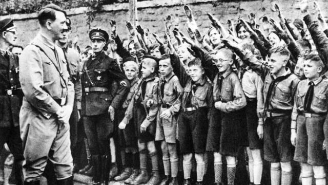 Una falange de pequeños entusiastas saluda a Hitler en Leipzig, en 1932. ÁLVARO GARCÍA