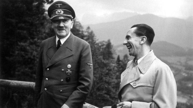 Hitler y Goebbels en junio de 1943, cuando el führer aún no había revelado a su ministro de Propagando el auténtico alcance de la solución final.  / ARCHIVO