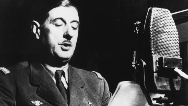 80 años.De Gaulle pronunciando su famoso discurso a través de la BBC el 18 de junio de 1940. Debajo, Churchill y De Gaulle en Marrakech en 1944; parece que el británico fuera más alto, pero es un efecto óptico. Medía 1.67 y apenas llegaba al hombro del general (Hulton Deutsch / Getty)