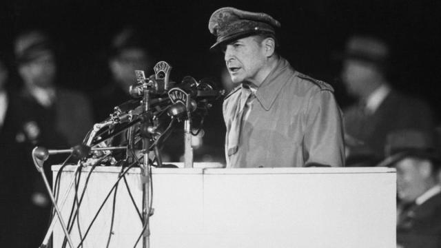 El general Douglas MacArthur defiende su postura sobre la guerra de Corea